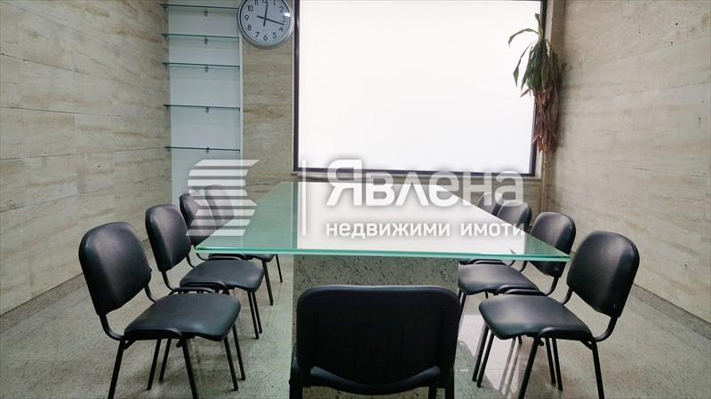 офис със заседателна зала